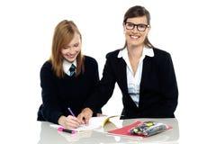 Glasögonprydd lärare som ut pekar felen Royaltyfri Fotografi