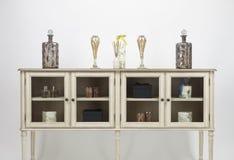 Glas朝向餐具柜和装饰品 库存图片