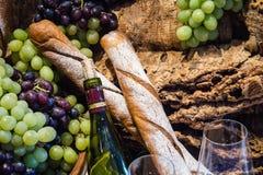 Glas και μπουκάλι κρασιού Στοκ εικόνα με δικαίωμα ελεύθερης χρήσης