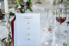 Glas вина обеденного стола миражируют меню Copyspace свадьбы перевода hochzeitsmenu текста заголовка горящего события карточки не Стоковое Изображение RF