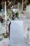 Glas вина обеденного стола установленные миражируют горящую деталь события карточки меню свадьбы - Copyspace, который нужно запол Стоковая Фотография RF