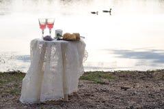 2 glas розового вина на таблице outdoors Стоковые Изображения
