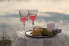 2 glas розового вина на таблице outdoors Стоковые Фото