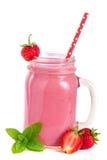 Glas aardbeiyoghurt of smoothie met muntbladeren op witte achtergrond worden geïsoleerd die Royalty-vrije Stock Foto's