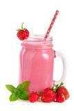 Glas aardbeiyoghurt of smoothie met muntbladeren op witte achtergrond worden geïsoleerd die Royalty-vrije Stock Afbeelding