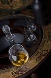 Glas alkoholisches Getränk auf einem Stab Lizenzfreies Stockbild