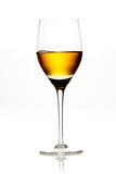 Glas amber gekleurde wijn of sherry royalty-vrije stock foto's