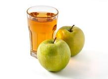 Glas Apfelsaft und Äpfel Stockbild
