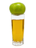 Glas appelsap met groene appel op bovenkant Royalty-vrije Stock Fotografie