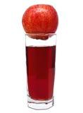 Glas appelsap met rode appel op bovenkant Stock Foto's