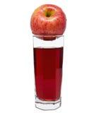 Glas appelsap met rode die appelen op wit worden geïsoleerd Stock Foto's