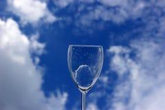 Glas auf dem Himmelhintergrund Stockfotos
