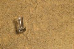 Glas auf dem Sand Lizenzfreies Stockbild