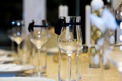 Glas auf dem Tisch Stockfotos
