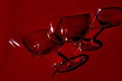 Glas auf rotem Hintergrund Stockbilder