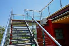 Glas-balustradedstahltreppe, zum der Terrasse des Behälters-mand zu überdachen Stockfoto