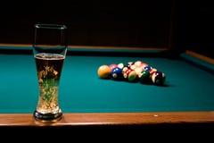 Glas Bier auf dem Pool tabl Lizenzfreie Stockfotos