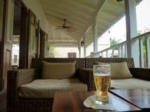 Glas Bier auf der Veranda stockbild