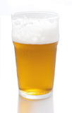 Glas Bier auf einem weißen Hintergrund Lizenzfreies Stockfoto