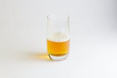 Glas Bier auf weißem Hintergrund Stockbild