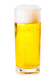Glas bier dat op witte achtergrond wordt geïsoleerde Stock Afbeeldingen