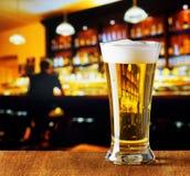 Glas bier in een bar Stock Afbeeldingen
