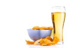 Glas bier en spaanders Stock Fotografie