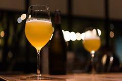 Glas Bier entspannen herein sich Moment stockfotografie