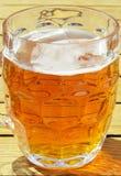 Glas bier in het zonlicht Royalty-vrije Stock Afbeelding