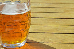 Glas bier in het zonlicht royalty-vrije stock foto