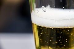 Glas Bier met Bellen en Schuimend Schuim Royalty-vrije Stock Afbeeldingen