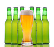 Glas Bier mit Flaschen nach stockbild
