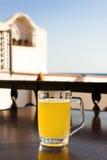 Glas Bier mit Zitrone nahe dem Meer Stockbild