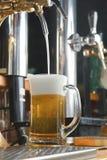 Glas bier op de staaf van staaf Royalty-vrije Stock Foto's