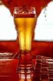 Glas bier op een rode lijst Royalty-vrije Stock Foto's