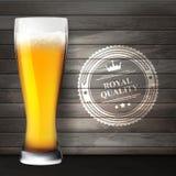 Glas bier op houten oppervlakten Royalty-vrije Stock Foto's