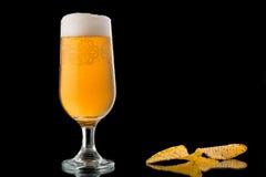 Glas bier op zwarte achtergrond wordt geïsoleerd die Royalty-vrije Stock Afbeelding