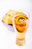 Glas Bier und Chips Stockfoto