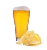 Glas Bier und Chips Lizenzfreie Stockfotografie