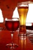 Glas Bier und ein Glas Rotwein Lizenzfreie Stockfotografie