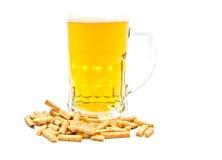 Glas Bier und einige Chips stockfotos