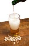 Glas Bier und Pistazien Lizenzfreies Stockbild