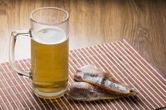 Glas Bier und salzige Fische Lizenzfreies Stockfoto