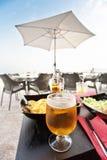 Glas blondes Bier auf Tabelle Lizenzfreie Stockfotos