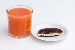 Glas Blutorange und Orangensaft im Glas auf Weiß Lizenzfreies Stockfoto