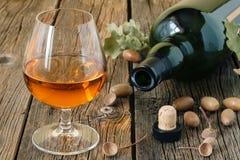 Glas brandewijn of cognac op oude eiken houten lijst royalty-vrije stock afbeelding