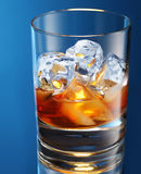 Glas brandewijn met ijs Stock Afbeeldingen