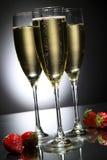 Glas champagne met aardbei stock foto's