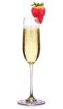 Glas champagne met aardbei op een wit wordt geïsoleerd dat Stock Foto's