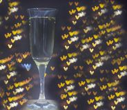 Glas champagne op bokehachtergrond stock foto's